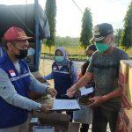 Plt.Kadinsos Serahkan Bansos Dari Gubernur dan Wagub Kalteng Kepada Kasat Pol PP Provinsi Kalteng Selaku Korlap Penanganan Bencana Banjir